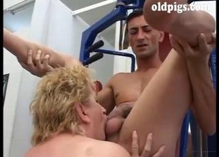 Seduced BBW mature is sucking in the gym