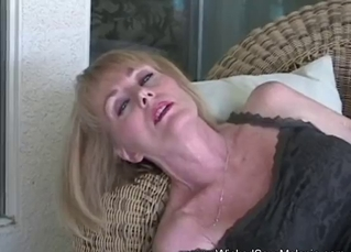 Lusty wife is sucking on the knees